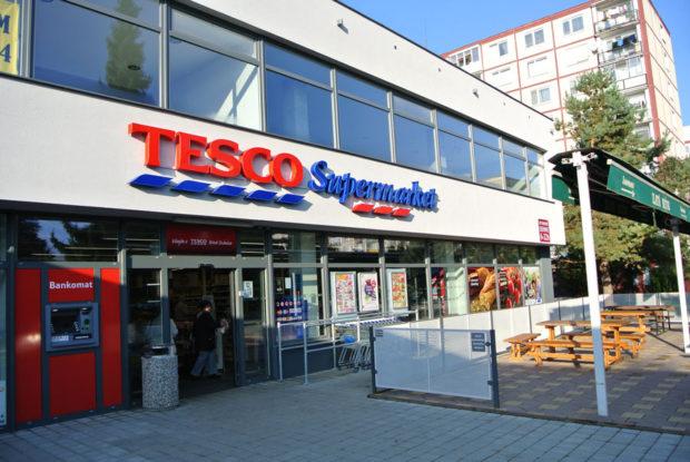 Tesco plánuje od októbra platiť malým dodávateľom do 14 dní