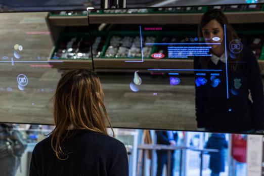 Supermarket budúcnosti v Miláne: Stačí mávnuť rukou a o potravine viete všetko
