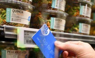 Nákup bez pokladníc, stačí priložiť kartu k tovaru a ísť. V Holandsku skúšajú nakupovanie budúcnosti
