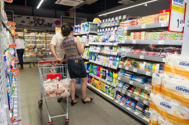 Takmer polovica Slovákov si vyberá predajňu podľa nízkych cien