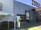 Nabíjacie stanice pre elektromobily pribudli pri troch predajniach Tesca