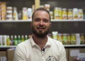 """""""Moje druhé meno je Valach,"""" hovorí Miroslav Endel, majiteľ predajne špecializujúcej sa na tradičné slovenské a české výrobky"""