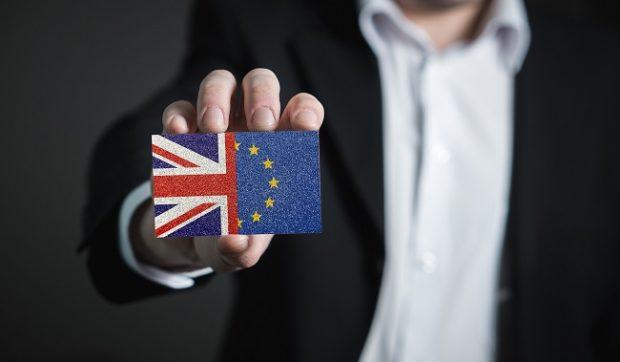 Brexit zatiaľ iba na papieri, čas na dohodu sa však kráti