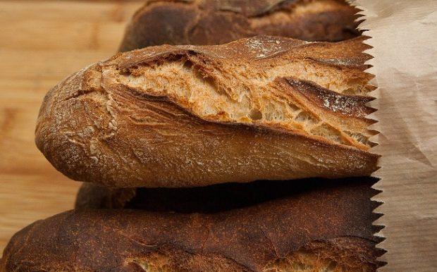 Rodiny a školy vyhadzujú chlieb a pečivo, dôvodom môže byť nízka cena