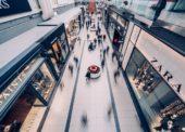 Otvárajú sa nákupné centrá, v obchodoch môže byť viac ľudí