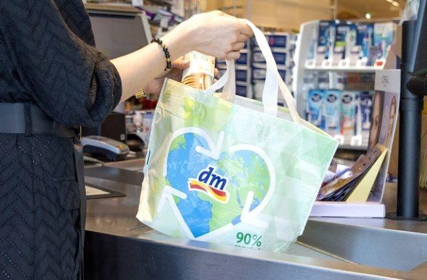 Sieť dm nahrádza jednorazové plastové tašky ekologickou alternatívou