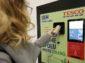 Tesco spustilo prvý automat na vrátenie PET fliaš a plechoviek