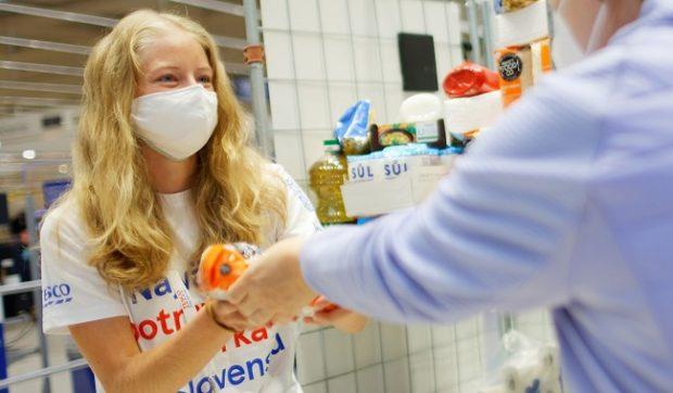 Tesco zorganizovalo druhú potravinovú zbierku v čase pandémie